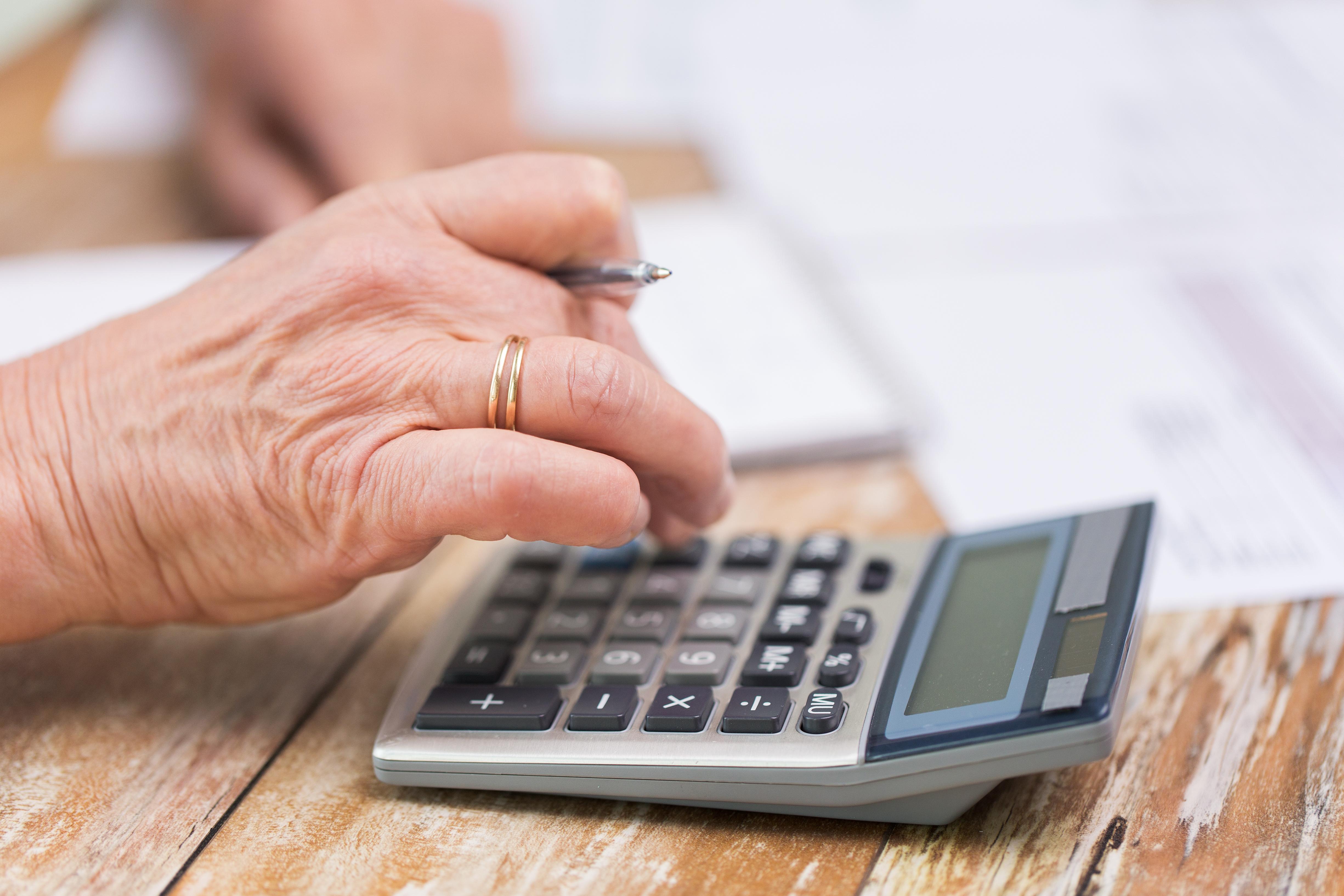 ¿Funcionan las intervenciones que mejoran la capacidad financiera para las personas con bajo nivel de contabilidad?