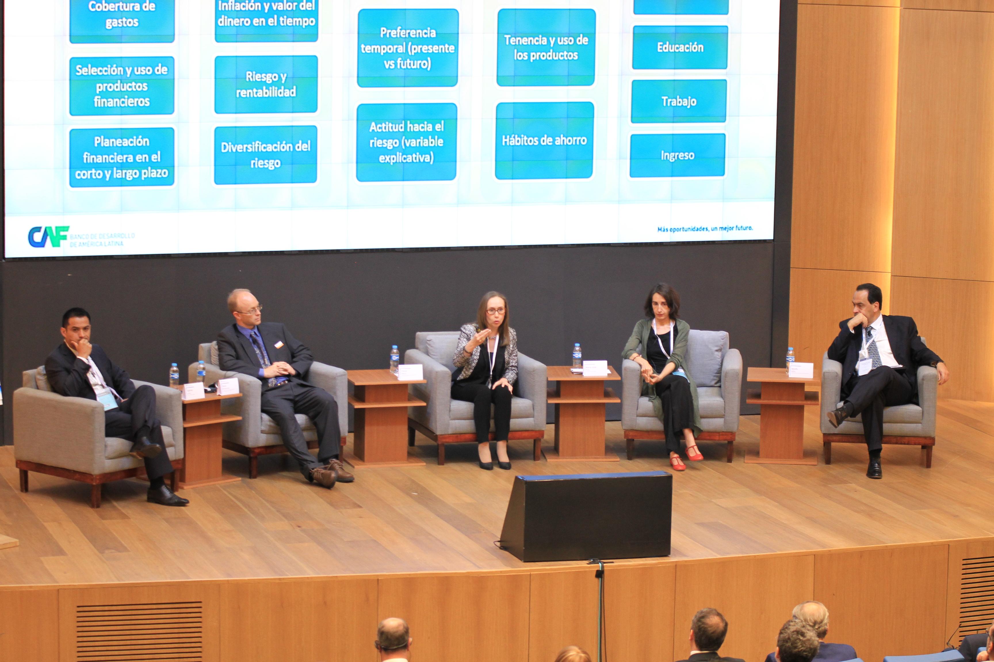 Los panelistas durante la sesión El Impacto de la Educación Financiera en la vida de las personas