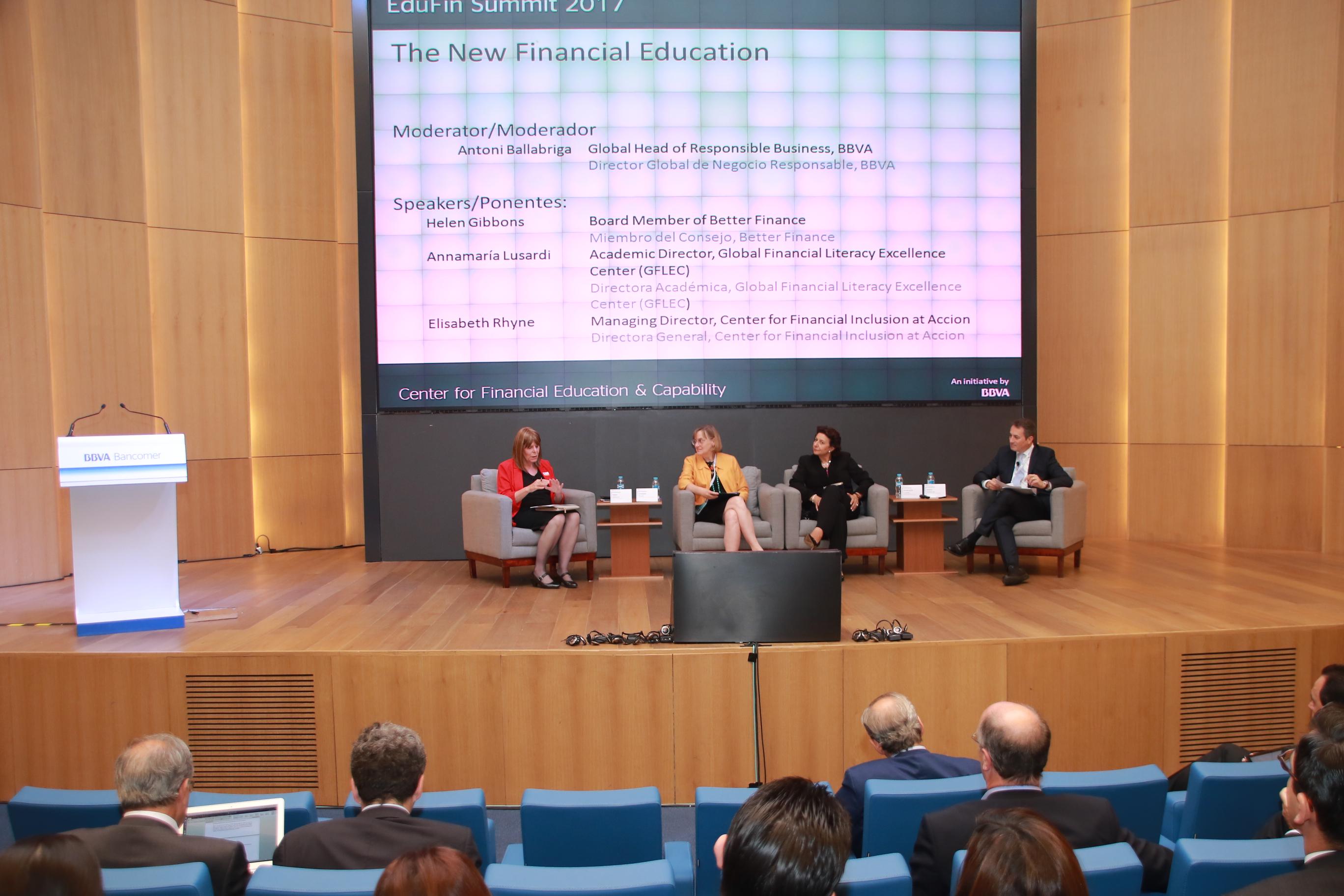 Los panelistas durante la sesión La nueva educación financiera