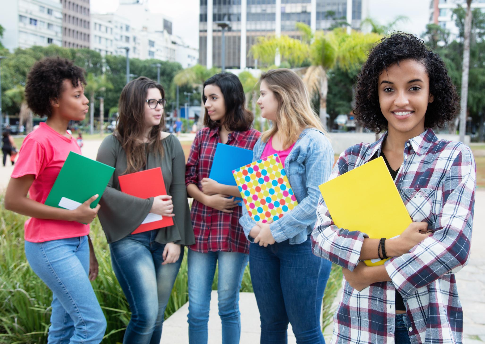 El impacto de la educación financiera basada en la escuela en los estudiantes de secundaria y sus maestros: evidencia experimental de Perú